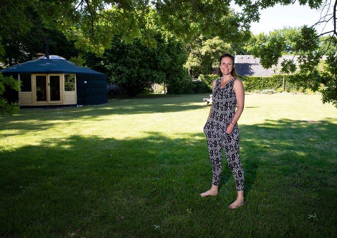 In de Deeltuin, bij haar ouders in Helmond, gaat Eva Brink zich nu toeleggen op yogalessen.