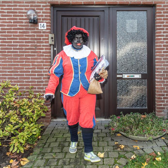 Athina Leemans uit Rilland brengt al zeven jaar de post rond als Zwarte Piet.
