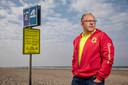 Ernst Brokmeier, strandwacht en bestuurslid Zandvoortse reddingsbrigade. bij één van de waarschuwingsborden