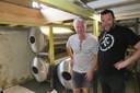 Dirk en Toets bij de tanks in de kelder