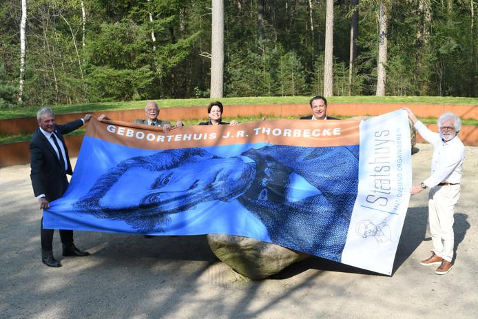 Bas de Gaay Fortman (tweede van links) met de vlag van Staatshuys in Lunteren.