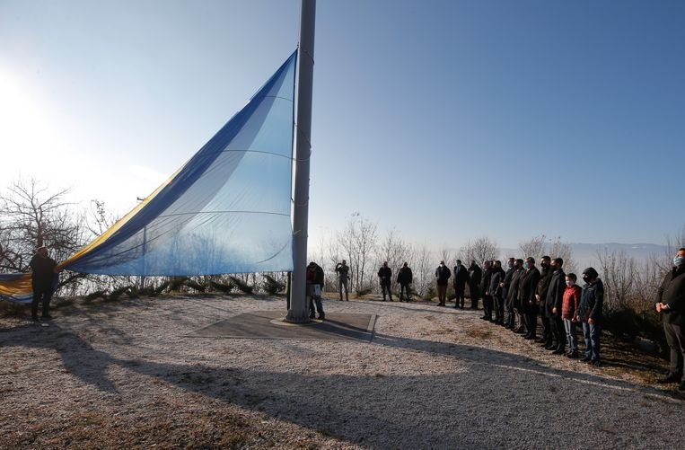 Een reusachtige Bosnische vlag wordt gehesen op Staatsdag, de officiële feestdag van het land op 25 november. In de praktijk vieren de verschillende bevolkingsgroepen liever een eigen nationale feestdag. Beeld Anadolu Agency via Getty Images