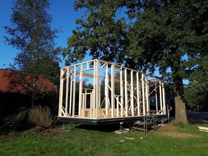 Pour l'instant, Gerdine vient de terminer la charpente en bois et l'installation des fenêtres, des poutres et des plaques de toit.
