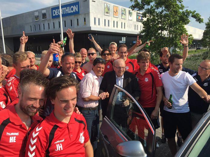 Trouwe supporter Gerrit Westenberg wordt in 2016 in Apeldoorn toegejuicht door de selectie van Hulzense Boys, die kort daarvoor is gepromoveerd naar de eerste klasse.