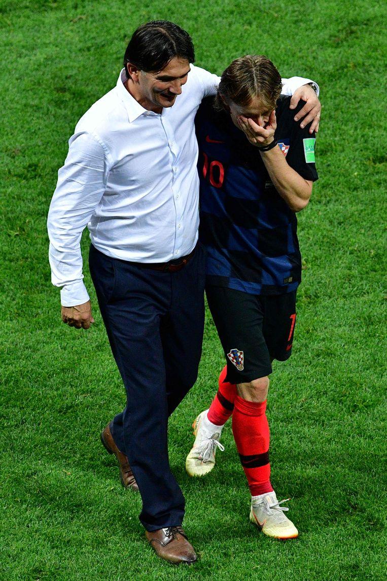 Een vaderlijke omhelzing van coach Zlatko Dalic voor de Kroatische balvirtuoos Luka Modric. Beeld AFP