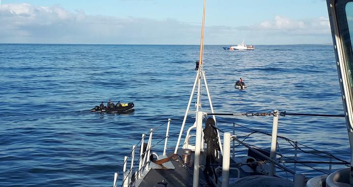 Duikers van de marine tijdens de zoekactie naar de vermiste vissers uit Urk. Kotter Lummetje Noordzee