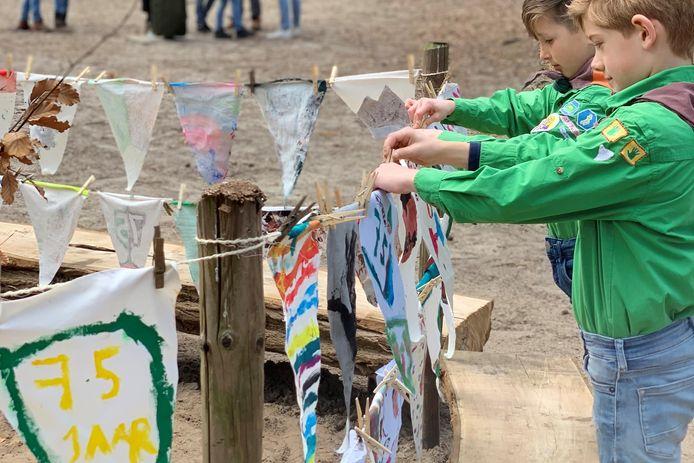 Kinderen hebben vlaggetje gemaakt ter gelegenheid van het 75-jarig jubileum van de Markiezaatsgroep, de scouts uit Bergen op Zoom.