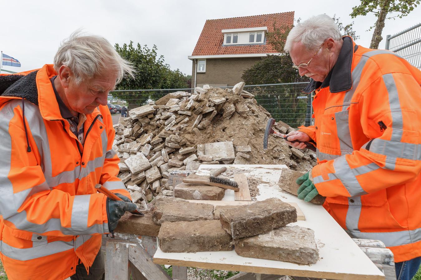 Vrijwilligers Gerrit Snijder (links) en John Assink aan het bikken.