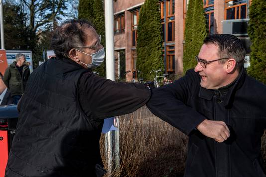 Richard de Mos (r) begroet 'Haagse Tielenaar' Hans van Woelderen die een ondersteuningsverklaring voor Code Oranje tekende.