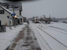 Lege perrons, maar eerste treinen rijden weer; veel scholen dicht
