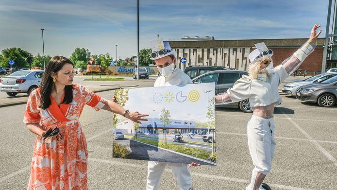Manager Brenda Lombary toont de toekomstbeelden voor de kant van de Albert Heijn.
