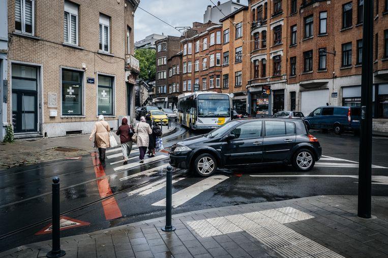 Op het kruispunt van de Helmetsesteenweg en de Waelhemstraat komen heel wat vervoersmodi samen. Beeld Wouter Van Vooren
