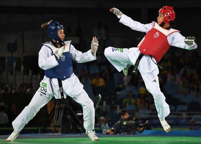 Reshmie Oogink in actie tijdens haar olympische debuut in Rio de Janeiro. De Almelose taekwondoka strandde er in de kwartfinales.