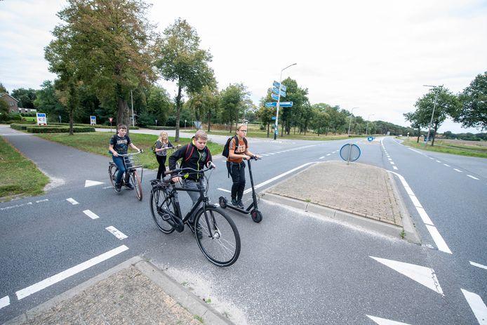 Een aantal leerlingen van de basisschool Windesheim in Sibculo kruist dagelijks de N341 ter hoogte van de Kloosterdijk/Paterswal. De school wil dat de kruising veiliger wordt gemaakt, want er wordt veel te hard gereden.