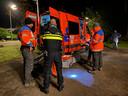 Ook een team met reddingshonden zoekt 's nachts naar de vermiste vrouw.