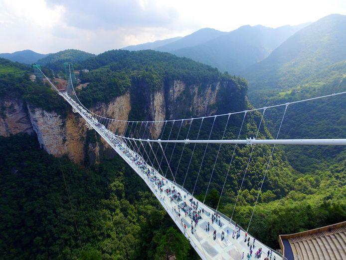 Nadat in 2016 de glazen brug van Zhangjiajie – een brug die 430 meter lang en wel 300 meter hoog is – geopend werd, leek een nieuwe trend te zijn gezet.