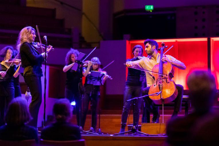 Cellist Kian Soltani en Amsterdam Sinfonietta in de Grote Zaal van TivoliVredenburg, afgelopen woensdag.  Beeld Juri Hiensch