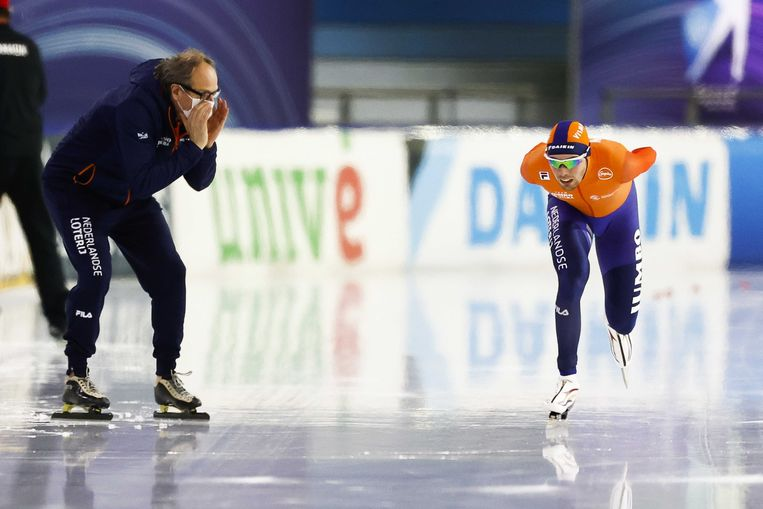 Patrick Roest krijgt in januari, tijdens de 5000 meter voor de wereldbeker in Thialf, aanwijzingen van zijn coach Jac Orie. Beeld ANP