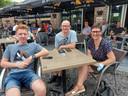 Wim Decrock, Griet Defever en Jentl Decrock komen supporteren in hun stamcafé 'In de Ster'.