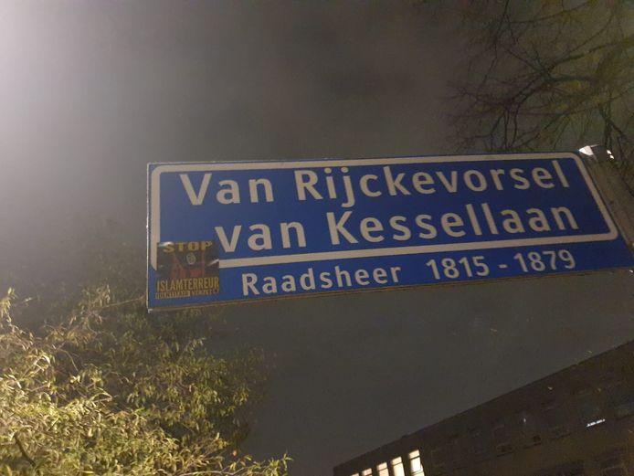 Op het straatnaambord voor het Pierson College (rechtsonder in beeld) is een sticker van actiegroep Identitair Verzet geplakt