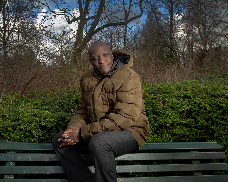 Oegandese mensenrechtenadvocaat Fred Mukasa in het Oosterpark in Amsterdam.