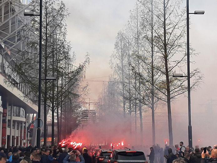 Willy van der Kuijlen kreeg op de PSV-laan nog eenmaal een eerbetoon van veel PSV-supporters en andere belangstellenden.