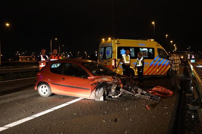 Auto rijdt tegen vangrails op A59 bij Waalwijk.