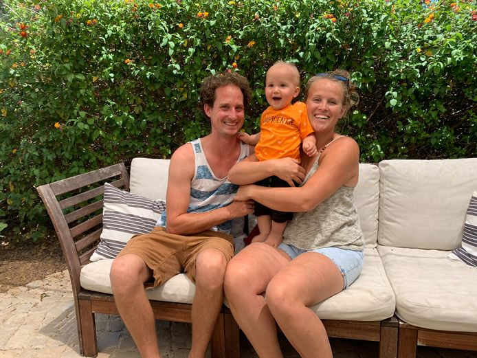 Mayke Heijmerink, haar partner Gust en hun kind in Portugal, waar zij vakantiewoningen aanbieden.