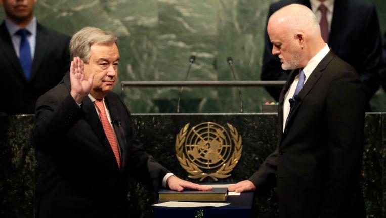 Antonio Guterres (links) wordt ingezworen door Peter Thomson, voorzitter van de Algemene Vergadering. Beeld AP