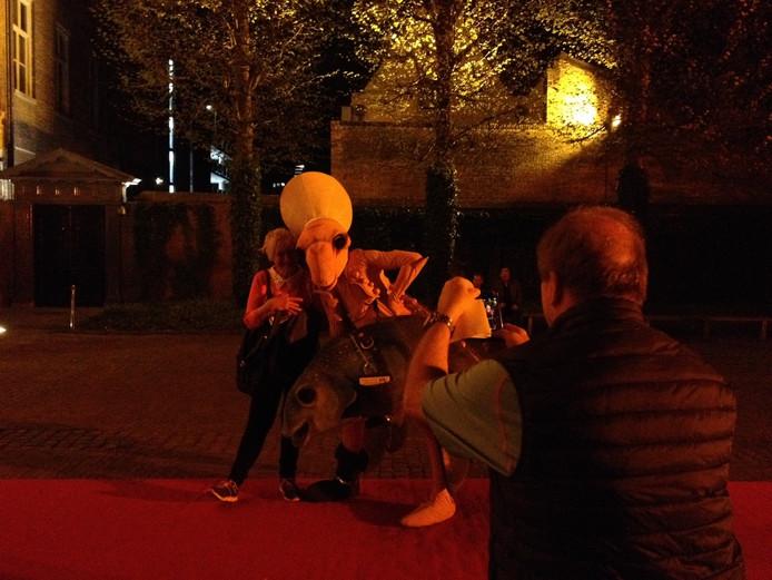 Op het voorplein van het Noordbrabants Museum kon je op de foto met een Jeroen Bosch-figuur.