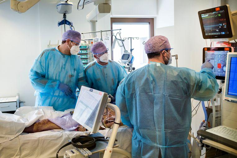 Een in slaap gehouden coronapatiënt op de intensive care-afdeling van het Maasstad Ziekenhuis in Rotterdam wordt klaargemaakt voor vervoer naar een ander ziekenhuis, om zo ruimte te maken voor nieuwe coronapatiënten uit de regio Rotterdam-Rijnmond. Beeld Arie Kievit