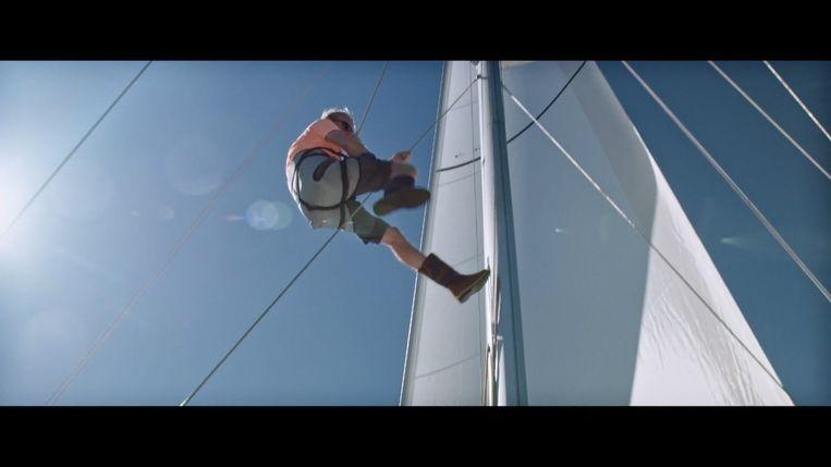 Piet Smet klimt de mast in.  Beeld RV SBS