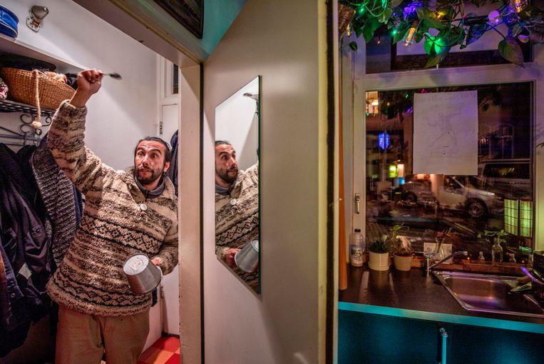 Jorge laat hij zien hoe hij te werk ging bij zijn avondklokprotest. Beeld Raymond Rutting / de Volkskrant