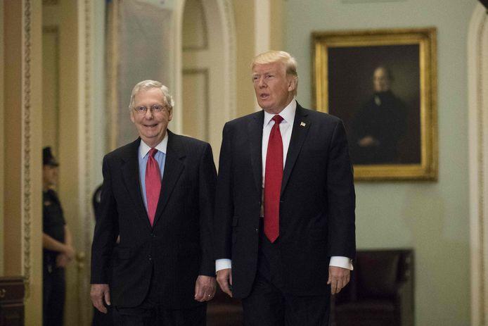 De Republikeinse fractievoorzitter in de Senaat, Mitch McConnell in 2017 samen met Trump, toen ze nog door één deur konden.
