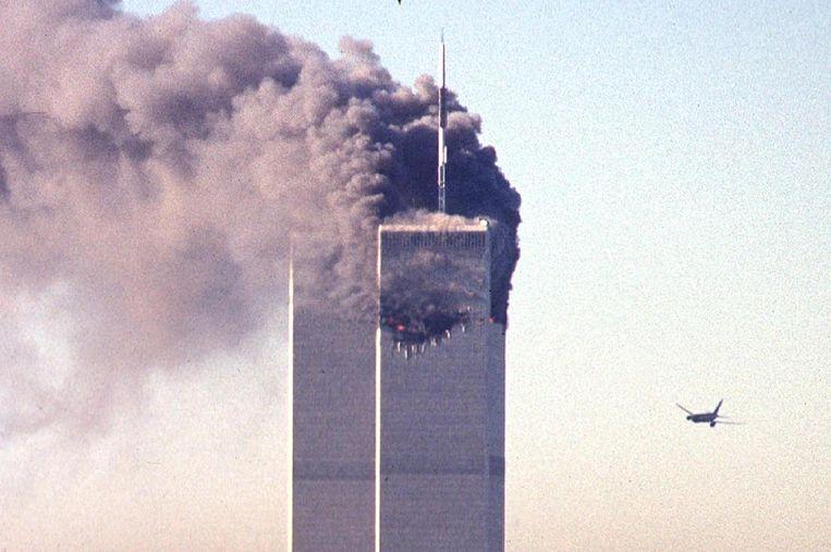 Het tweede vliegtuig staat op het punt de zuidelijke toren van het World Trade Center te rammen.  Beeld AFP