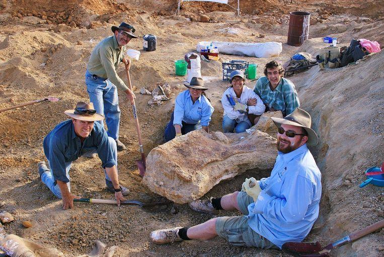 Onderzoekers zijn op zoek naar dinosaurusbotten in de buurt van Eromanga, Australië. Beeld AFP Photo / The Eromanga Natural History Museum / Rochelle Lawrence