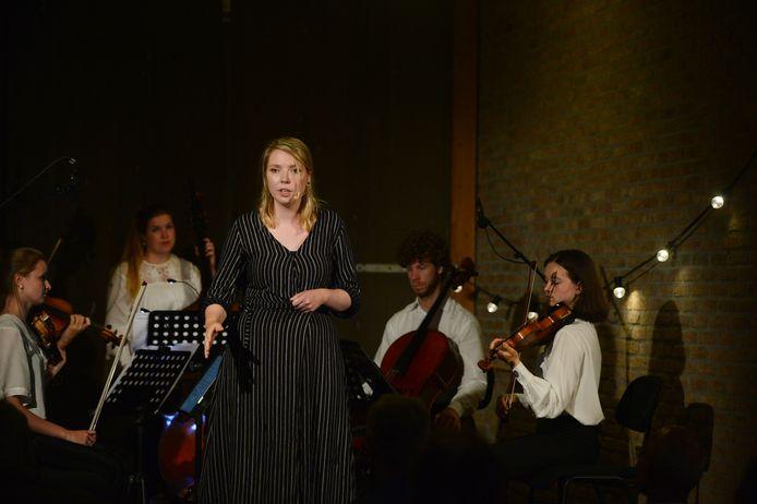 Ondersteund door klassieke musici vertelt NinaDis Meeuwsen Twentse sagen in het koetshuis van Huize Singraven.