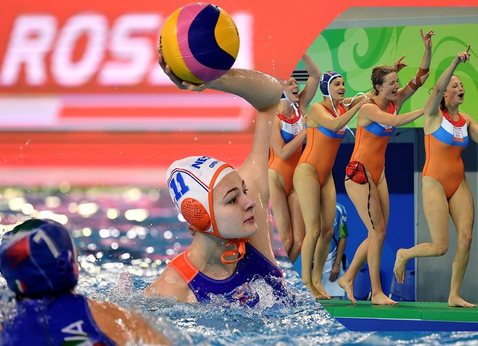 Simone van de Kraats in actie. Inzet: de Nederlandse waterpolosters vieren feest na het binnenhalen van de gouden medaille in 2008.