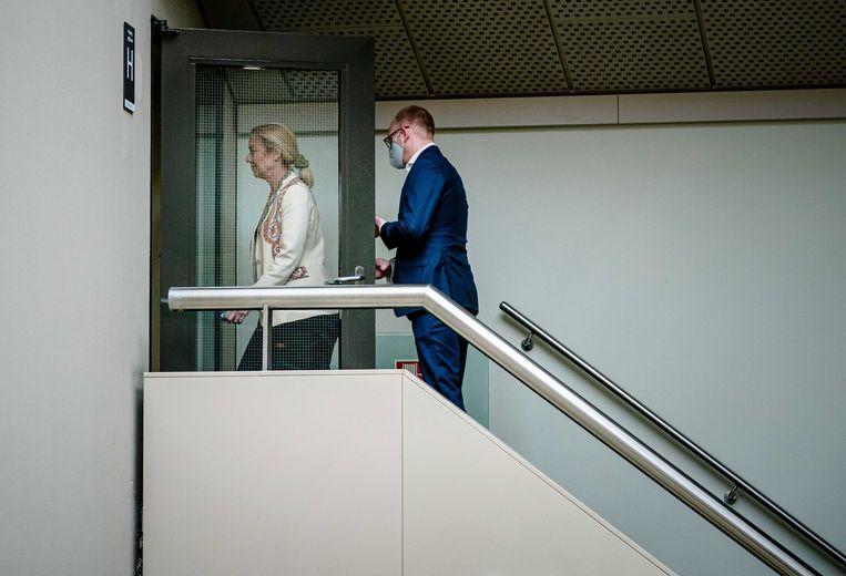 D66-leider Sigrid Kaag, op weg naar de zaal waarin ze zou reageren op het vertrek van haar partijgenoot Sidney Smeets uit de Tweede Kamer. Beeld ANP