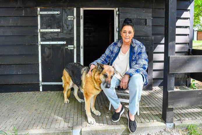 Stichting Dier en Project, werd overspoeld met dieren van aan corona overleden baasjes. Hier Els Adams, met Bertha, een van de herdershonden van Gekke Bertus.