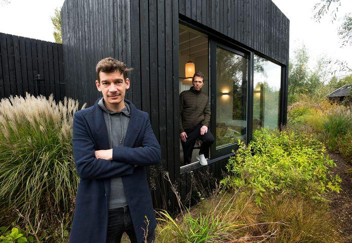 Architect Chris Collaris (links) en interieurarchitect Jeroen Dellensen hebben een prestigieuze nominatie voor een architectuurprijs ontvangen voor hun ontwerp van het Tiny Holiday Home in een vakantiepark aan de Winkeldijk.