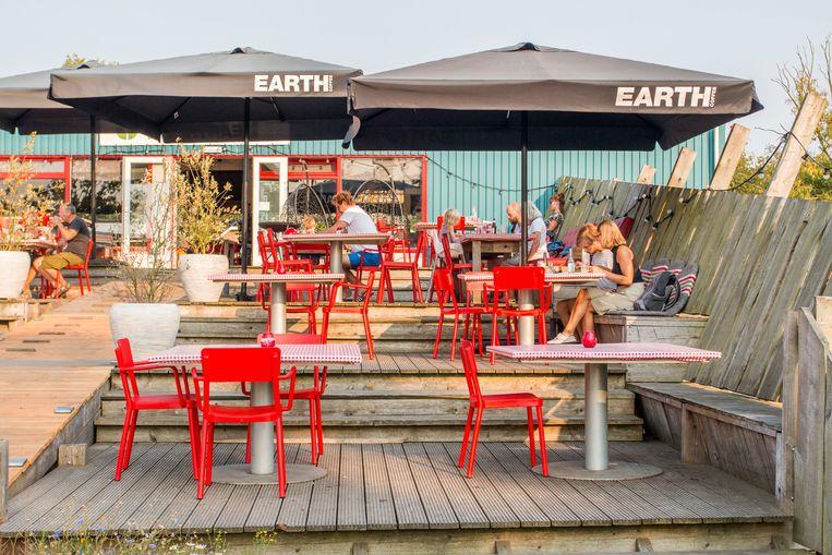 Terras van Restaurant Stroop, naast de Biertuin Proost. Beeld Jesper Boot