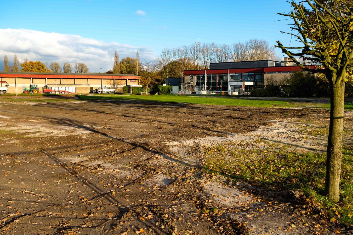 De speeltuin naast het zwembad is vroeger dan gepland afgebroken.