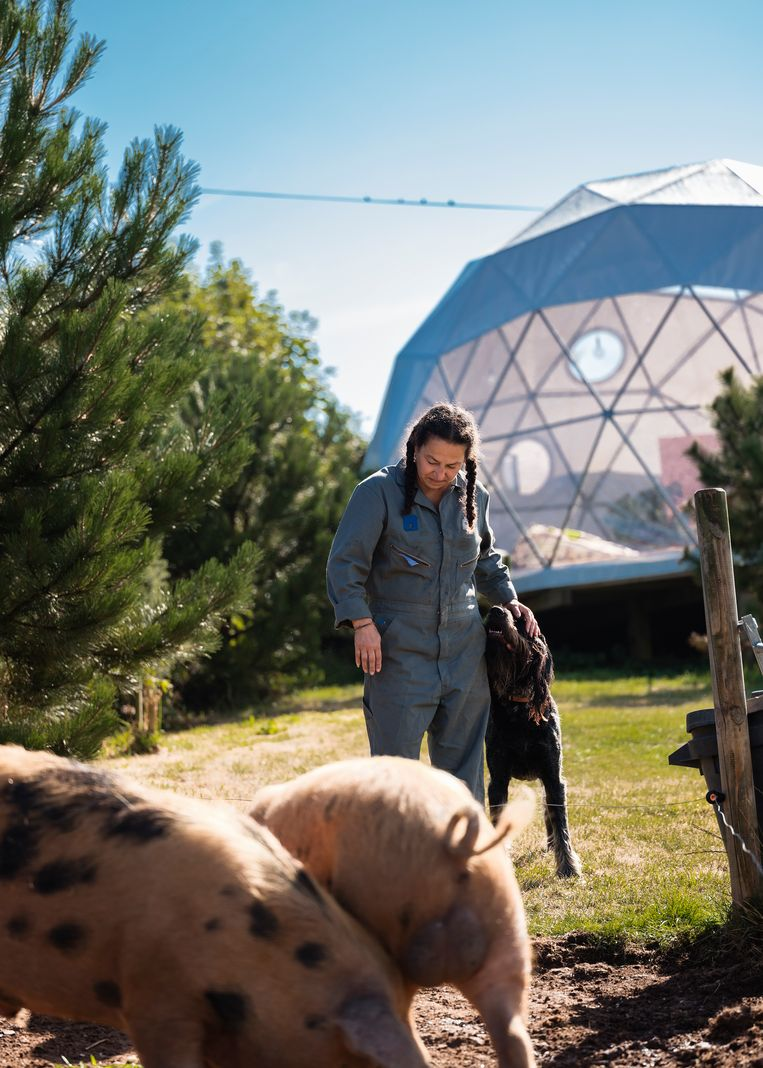 Karina Griffin, de echtgenote van Jeff en de andere helft van het ontwerpersduo, en enkele van hun varkens. Beeld Hannes Vandenbroucke