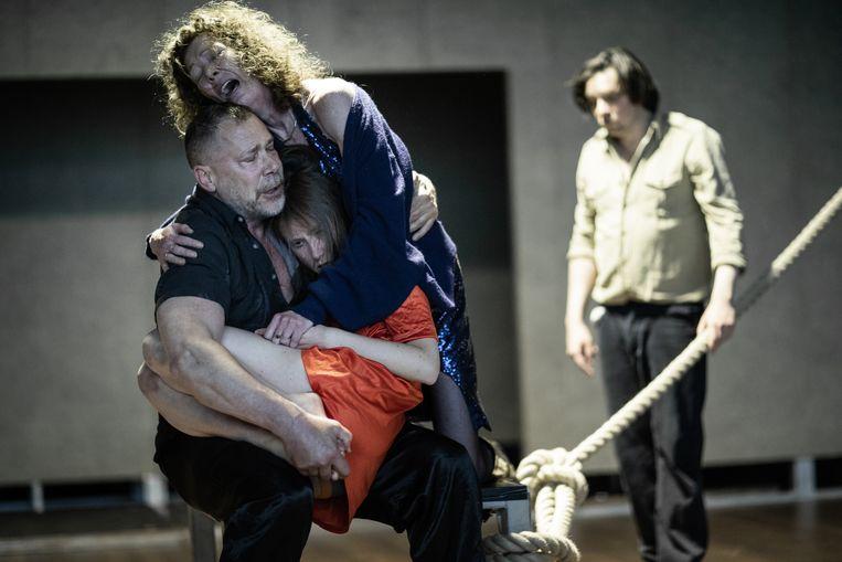 Ilke Paddenburg (midden) als Ifigeneia, met Chris Nietvelt (r.) als moeder Klytaimnestra, en Hans Kesting als vader Agamemnon, in 'Age of Rage.' Beeld Jan Versweyveld