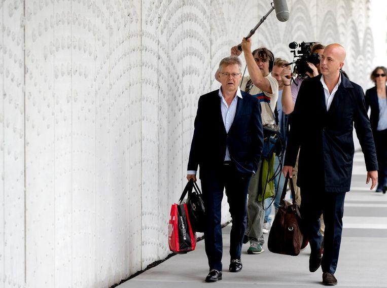 Nico Meijering (L) en Christiaan Flokstra, advocaten van Dino S arriveren bij het Justitieel Complex Schiphol. Beeld anp