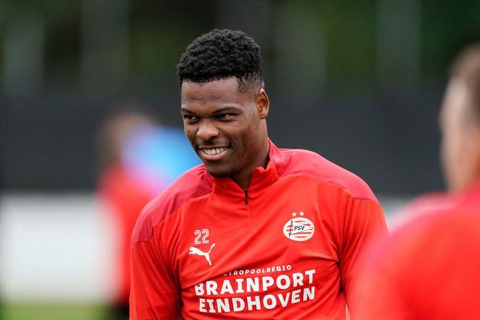 Denzel Dumfries in actie tijdens een PSV-training.