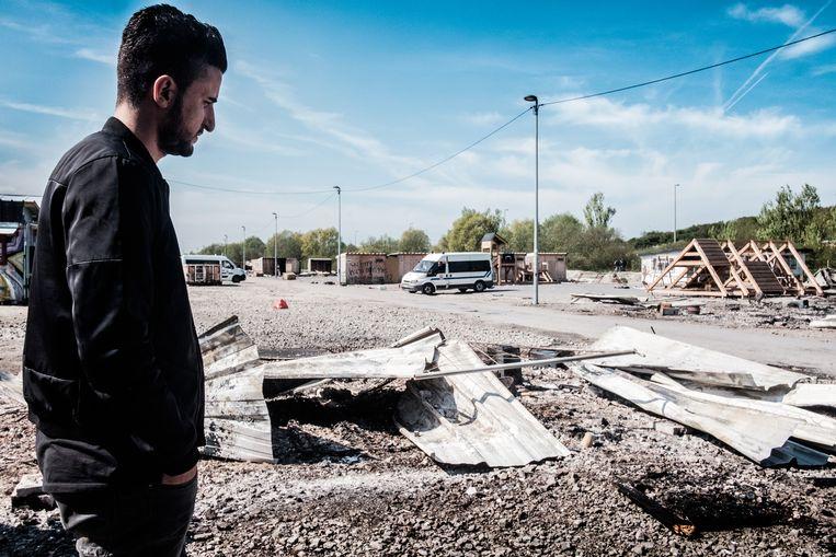 Ismael bij zijn vernielde onderdak in het vluchtelingenkamp van Grande-Synthe waar hij al een jaar woonde. Beeld Bob Van Mol