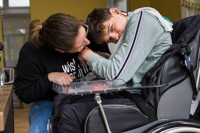 Bewoner Wouter met zijn begeleidster Lorreine Tempelman tijdens een close moment. Nu de maatregelen zijn versoepeld mogen ze zonder mondkapje toch dichter bij elkaar komen.