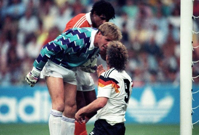 Doelman Hans van Breukelen en Frank Rijkaard bestoken Rudi Völler tijdens het WK van 1990.